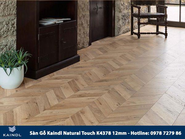 Sàn gỗ Kaindl Xương Cá K4378 12mm Phối Cảnh